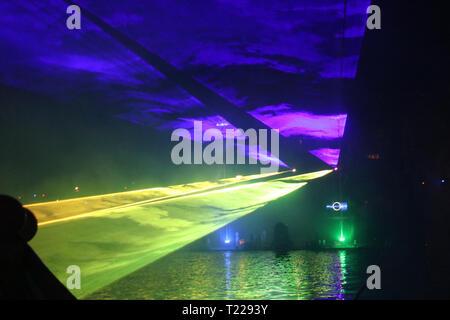 Laserstrahlen während einer öffentlichen zeigen in verschiedenen Farben im Wasser der Ringvaart (Ring Kanal) Zuidplaspolder in Nieuwerkerk aan den IJssel - Stockfoto