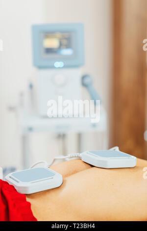 Magnettherapie. Magnete auf der Patienten zurück. Stockfoto