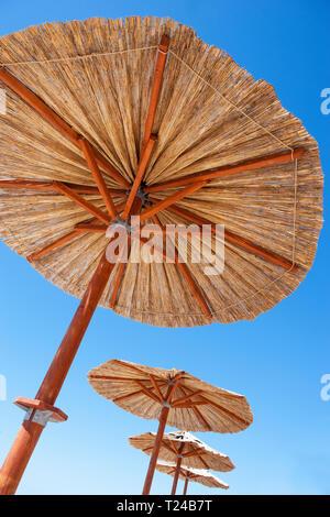 Kroatien, Dalmatien, Primosten, Sonnenschirme - Stockfoto