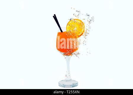 Cocktail aus Glas im Inneren im Wasser auf einem weißen Hintergrund. Orangensaft ist unter Wasser mit Blasen. - Stockfoto