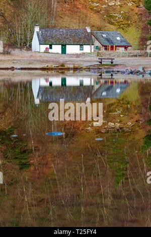 Loch ein Eilein und Besucherzentrum auf einer ruhigen Frühling Morgen mit Reflexion über das Loch auf der Rothiemurchus Estate, Aviemore, Schottland - Stockfoto