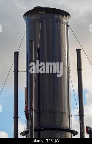 Die restaurierte Schwarz Dampf Trichter und Schiffe Pfeife der niederländischen Marine Dampf Fregatte HNLMS Bonaire, in Den Helder Marine Museum in Holland. - Stockfoto