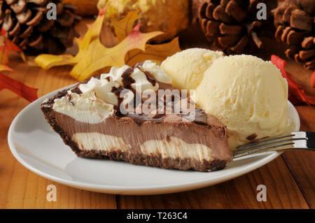 Ein Stück Chocolate Cream Pie mit Vanilleeis auf einem bunten Urlaub Tabelle - Stockfoto