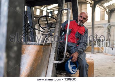 Portrait von Arbeiter sitzen auf Gabelstapler in der Factory - Stockfoto