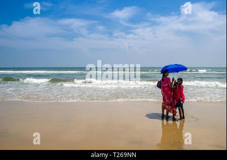 Eine Mutter und zwei Töchtern genießen Sie das Meer bei Marina Beach, in der Bucht von Bengalen in Chennai, Indien - Stockfoto
