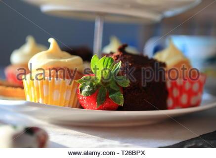 Eine Auswahl an Brötchen und Kuchen auf einem Kuchen stehen für Muttertag eingestellt - Stockfoto