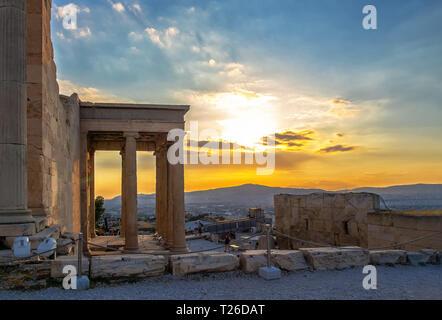 Blick auf Erechtheion auf der Akropolis in Athen, Griechenland, gegen Sonnenuntergang mit Blick auf die Stadt - Stockfoto