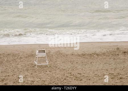 Diese Rettungsschwimmer stehen sitzt alleine auf dem Atlantik mit einem schweren Sturm geschlagen hat. - Stockfoto