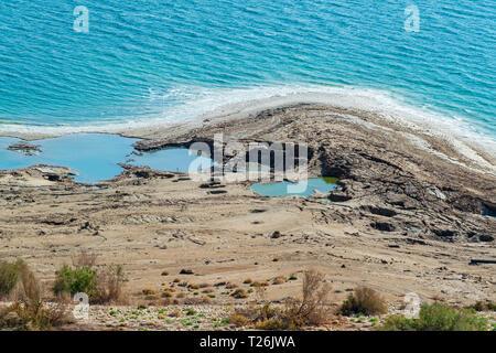 Ein Detail des Toten Meeres shorline in der Nähe von Ein Gedi zeigen Salzablagerungen, Dolinen, Salz, Wasser und Wüste Vegetation - Stockfoto