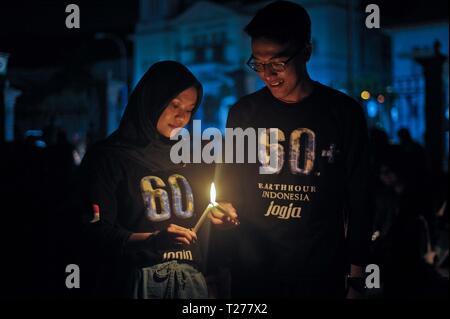 Jakarta, Indonesien. 30 Mär, 2019. Die Menschen halten Kerzen in einem Earth Hour Veranstaltung in Jakarta, Indonesien, 30. März 2019 zu beteiligen. Credit: Supriyanto/Xinhua/Alamy leben Nachrichten - Stockfoto