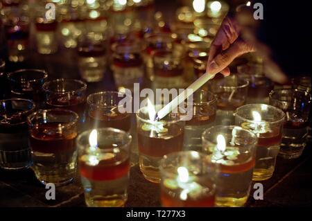 Jakarta, Indonesien. 30 Mär, 2019. Eine Person leuchten Kerzen während der Earth Hour Veranstaltung in Jakarta, Indonesien, 30. März 2019. Credit: Supriyanto/Xinhua/Alamy leben Nachrichten - Stockfoto
