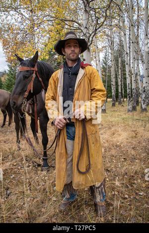 Cowboy nimmt einen Entlüfter in bergigen Landschaft von Wyoming, USA - Stockfoto