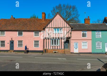 Suffolk Rosa, Aussicht im Sommer von historischen Gebäuden in Lavenham High Street malte eine charakteristische rosa Farbe typisch für alte Gebäude in Suffolk, Großbritannien. - Stockfoto