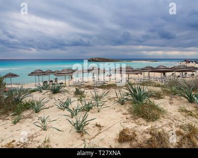 Nissi Beach in Ayia Napa auf Zypern, ein Favorit unter den Touristen, Herbststurm Wolken über dem Meer - Stockfoto