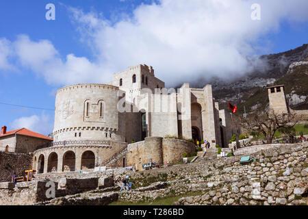 Kruja, Durres, Albanien: Skanderbeg Museum oder die National Museum 'George Castrioti Skanderbeg' innen Kruja Schloss. Auf 1982 eröffnet wurde, war es - Stockfoto