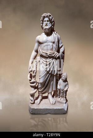 Römische Statue von Asklepios. Marmor. Perge. 2. Inv.-Nr.. Das Archäologische Museum von Antalya; Türkei. Gegen eine warme Art Hintergrund. Asclepius war ein - Stockfoto