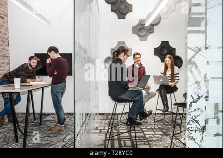 Leute, die mit Technik in einer Geschäftsumgebung - Stockfoto