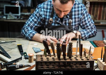 Konzept der Handarbeit Handwerk Herstellung von Lederwaren. - Stockfoto