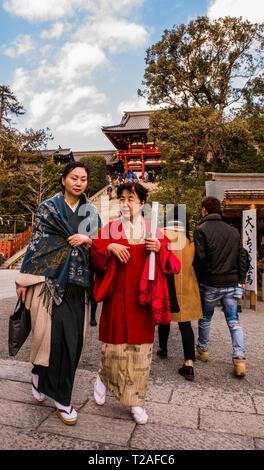 Zwei Frauen zu Fuß in Richtung Kamera, Tsurugaoka Hachimangu Schrein, Kamakura, Japan - Stockfoto
