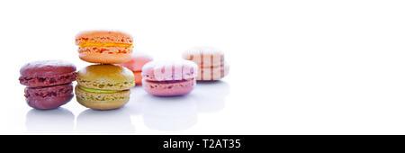 Stapel der pastellfarbenen französische Macarons, auf weißem Hintergrund mit Panoramablick - Stockfoto
