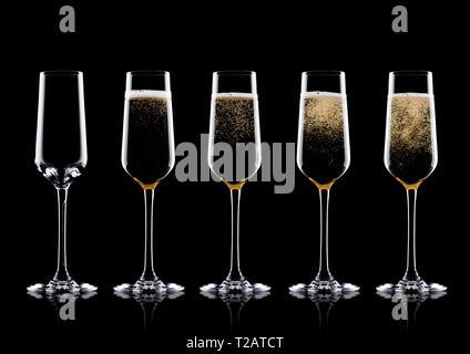 Elegante Gläser Champagner Gelb mit Blasen auf schwarzem Hintergrund mit Reflektion - Stockfoto