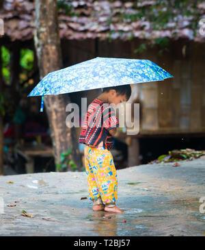 Baan Tong Luang Chiang Mai Thailand 16 April 2018 Junge spielt in der Pfütze von Regenwasser Tribal lebendigen Dorf Karen - Stockfoto