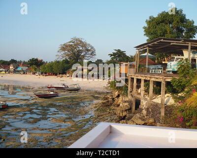 Sonnenuntergang auf Jungutbatu Strand in Nusa Lembongan, Indonesien - Stockfoto