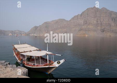 Traditionell arabischen Dhow Boot Kreuzfahrt entlang der Rocky Mountains der Musandam Halbinsel im Oman Fjorde eingerichtet - Stockfoto