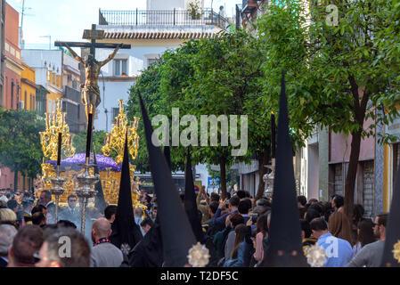 Sevilla, Spanien - 27. März: Menge Uhren eine Heilige Woche Prozession mit Jesus in Sevilla, Spanien am 27. März 2018 - Stockfoto