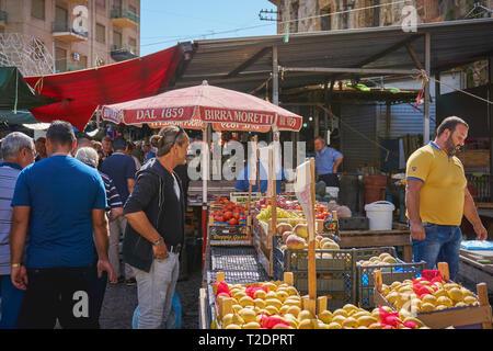 Palermo, Italien - September. 2018. Meeresfrüchte und Gemüse Stände in der ballarò Markt, dem ältesten Lebensmittelmarkt in Palermo. - Stockfoto