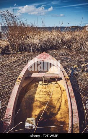 Retro getonten Bild eines versunkenen kleinen Ruderboot im Schilf. - Stockfoto