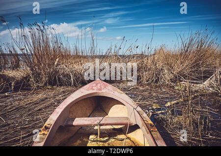 Retro getonten Bild von einem kleinen Ruderboot im Schilf. - Stockfoto