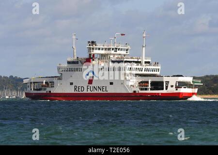 Red Eagle Isle of Wight Fähre von Cowes nach Southampton von Red Funnel Fahrten in Richtung Southampton, um den Solent-ästuar an einem sonnigen Tag. - Stockfoto