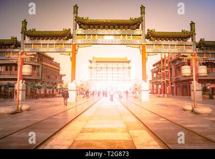 Peking Zhengyang Tor Jianlou in der Qianmen Straße in Peking, China. Wunderschöne Aussicht auf ein Wahrzeichen in Peking. - Stockfoto