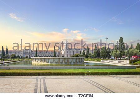 Belem, Lissabon, Portugal - 23. Juni 2018: Empire Square mit dem Brunnen in der Mitte und Kloster Jeronimos auf dem Hintergrund. - Stockfoto
