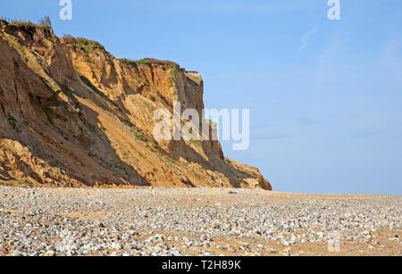 Ein Blick auf die steilen Klippen instabil Aus weichen glazialen Sanden auf dem North Norfolk Coast im Osten Runton, Norfolk, England, Vereinigtes Königreich, Europa. - Stockfoto