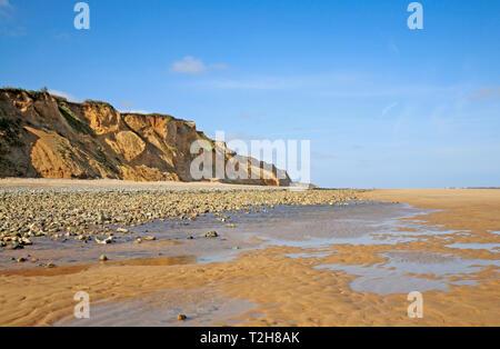 Ein Blick auf die Küsten mit Klippen von glazialen Sanden auf dem North Norfolk Coast im Osten Runton, Norfolk, England, Vereinigtes Königreich, Europa. - Stockfoto