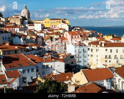 Blick vom Miradouro Santa Luzia in die Altstadt, Alfama, Lissabon, Portugal - Stockfoto
