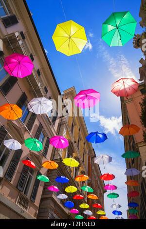 Bunte schwebende Schirme, Genua, Ligurien, Italien, Europa - Stockfoto