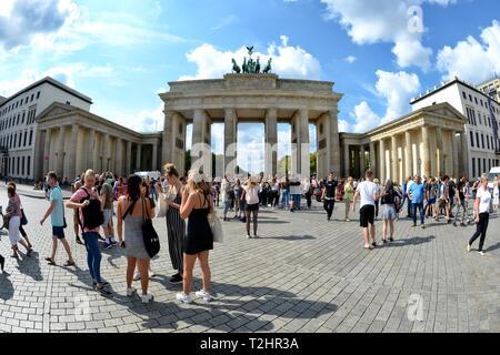 Touristen vor dem Brandenburger Tor, Deutschland, Berlin - Stockfoto