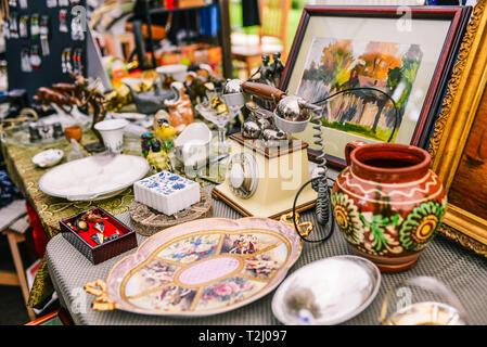 Russland, Stadt Moskau - September 6, 2014: Verkauf von Antiquitäten auf der Straße. Alte Dinge aus verschiedenen Epochen - Stockfoto