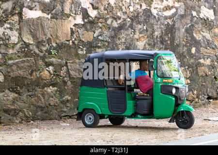 Galle, Sri Lanka - 18 Februar 2019: ein Tuk-Tuk-Fahrer für die Fahrgäste an Matara Road in Galle, Sri Lanka geparkt.