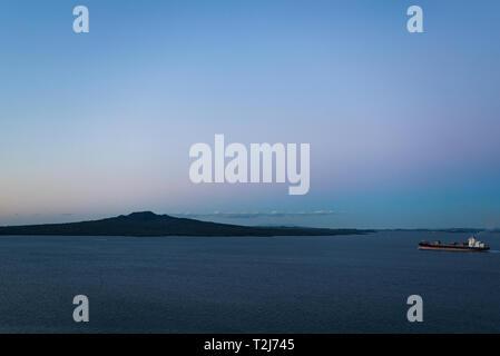 Auckland, Neuseeland. Schiff segelt durch den Rangitoto channel - Stockfoto