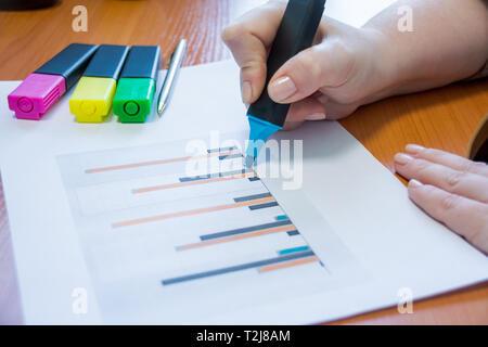 Geschäftsmann setzt seine Ideen auf dem Whiteboard während einer Präsentation im Konferenzraum. Schwerpunkt in den Händen mit Filzstift schreiben in Flipchart. Close up o - Stockfoto