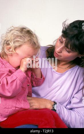 Mutter trösten weinenden Kleinkind - Stockfoto