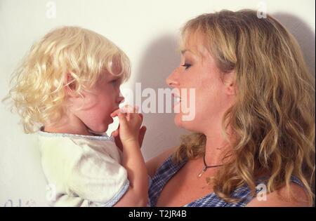 Mutter trösten unglücklich kleines Mädchen - Stockfoto