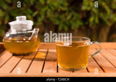 Zusammensetzung mit grünem Tee auf hölzernen Tisch im Freien. Gewicht Verlust Konzept, Natur Hintergrund - Stockfoto
