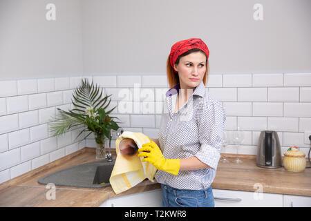 Frau Reinigung oder ruges Glas in der Küche. haushälterin tun Frühjahrsputz Stockfoto