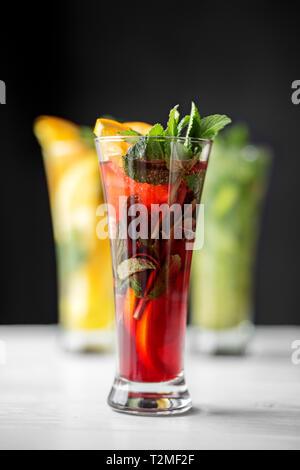 Alkoholische red Cocktail mit Minze im Glas Becher. Die Auswahl an Getränken. Konzept für Getränke, Sommer, Hitze, Alkohol, Party und Bar. - Stockfoto