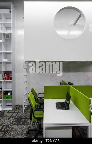 Minimalistische Interieur in einer modernen Büroumgebung, perfekt für junge Start-ups. - Stockfoto